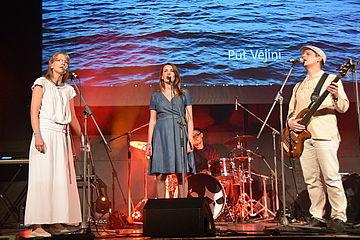 Drei Personen beim Singen