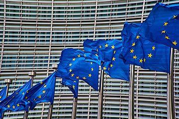EU Flaggen vor Gebaude