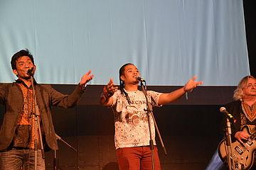 Sänger mit geöffneten Armen