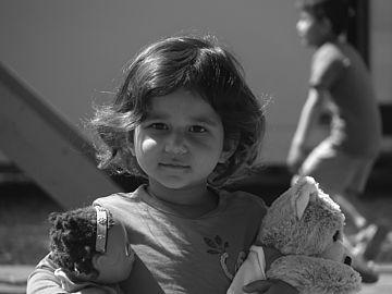 Bild von ganotiste auf Pixabay_Kind mit Spielzeug im Arm