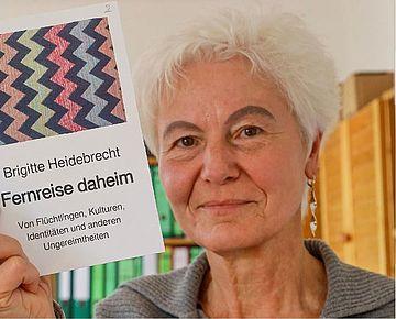 """Autorin Brigitte Heidebrecht mit Buchcover """"Fernreise daheim"""""""