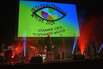 Bühnenbild mit Logo der Interkulturellen Woche
