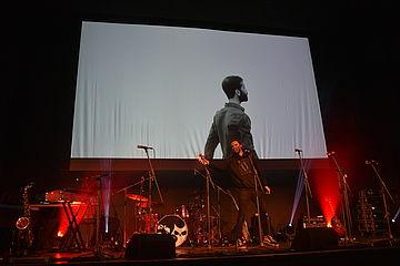 Bühnenbild mit Videoausschnitt